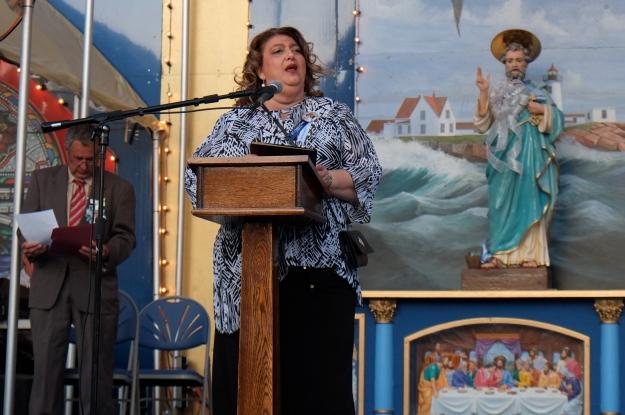 mayor Romeo Theken announcing deed to Pavillion Beach